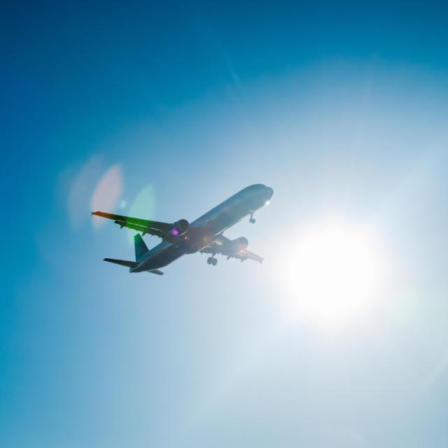 Avion dans ciel bleu
