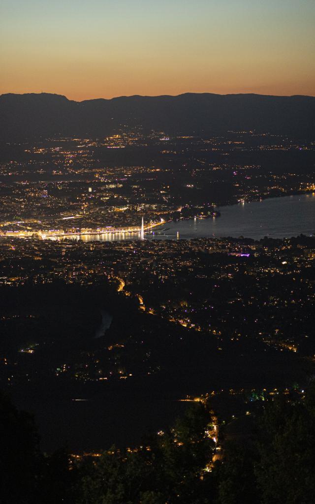 Vue sur Genève de nuit depuis le Salève